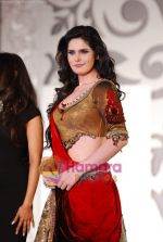 Zarine Khan walks the ramp for Sonia Mehra at Aamby Valley India Bridal Week day 5 on 2nd Nov 2010 (10).JPG