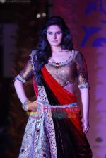 Zarine Khan walks the ramp for Sonia Mehra at Aamby Valley India Bridal Week day 5 on 2nd Nov 2010 (8).JPG
