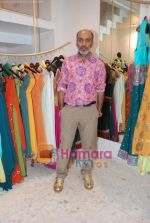 Manish Arora at the Jona store launch in Juhu on 9th Nov 2010 (2).JPG