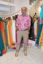 Manish Arora at the Jona store launch in Juhu on 9th Nov 2010 (3).JPG