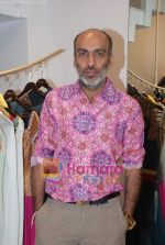 Manish Arora at the Jona store launch in Juhu on 9th Nov 2010 (4).JPG