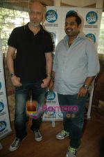 Shankar Mahadevan, Loy Mendonsa at Radio One contest winners event in Bandra, Mumbai on 20th Nov 2010 (3).JPG