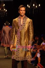 Model walk the ramp for Vikram Phadnis Show at The ABIL Pune Fashion Week Day 2 on 19th Nov 2010 (97).JPG