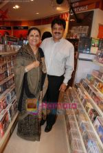 Udit Narayan launch Mahatma CD launch in Reliance Trends on 8th Dec 2010 (2).JPG