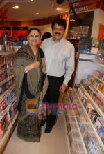 Udit Narayan launch Mahatma CD launch in Reliance Trends on 8th Dec 2010 (3).JPG