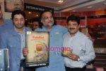 Udit Narayan launch Mahatma CD launch in Reliance Trends on 8th Dec 2010 (8).JPG