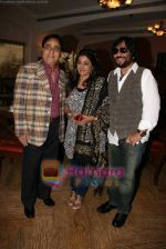 Jagjit Singh, Sonali and Roopkumar Rathod at a photo shoot for album cover in The Club on 19th Dec 2010 (3).JPG