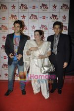Tusshar Kapoor, Jeetendra at Big Star Awards in Bhavans Ground on 21st Dec 2010 (5).JPG