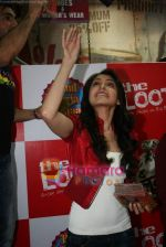 Anushka Sharma at Loot store in Goregaon on 26th Dec 2010 (20).JPG
