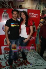 Ranveer Singh, Anushka Sharma at Loot store in Goregaon on 26th Dec 2010 (11).JPG