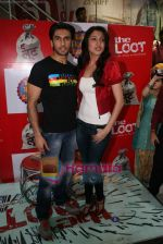 Ranveer Singh, Anushka Sharma at Loot store in Goregaon on 26th Dec 2010 (13).JPG