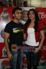 Ranveer Singh, Anushka Sharma at Loot store in Goregaon on 26th Dec 2010 (15).JPG
