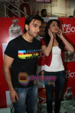 Ranveer Singh, Anushka Sharma at Loot store in Goregaon on 26th Dec 2010 (17).JPG