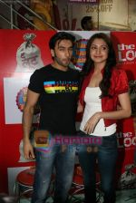 Ranveer Singh, Anushka Sharma at Loot store in Goregaon on 26th Dec 2010 (2).JPG