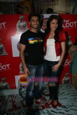 Ranveer Singh, Anushka Sharma at Loot store in Goregaon on 26th Dec 2010 (3).JPG