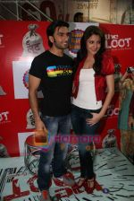 Ranveer Singh, Anushka Sharma at Loot store in Goregaon on 26th Dec 2010 (6).JPG