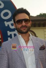 Saif Ali Khan at Mid-day race in Mahalaxmi Race Course on 26th Dec 2010 (29).JPG