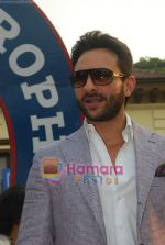 Saif Ali Khan at Mid-day race in Mahalaxmi Race Course on 26th Dec 2010 (37).JPG