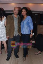 at Painter Soketu Parikh_s glam bash in Juhu on 26th Dec 2010 (25).JPG