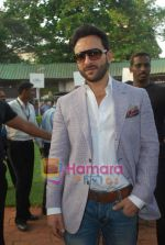 saif at Mid-day race in Mahalaxmi Race Course on 26th Dec 2010.JPG