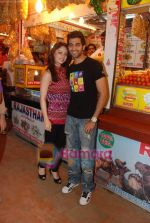 Sandeepa Dhar, Akshay Oberoi Isi Life Mein stars on the streets of Juhu beach in Juhu, Mumbai on 28th Dec 2010 (10).JPG