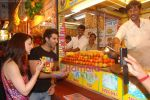 Sandeepa Dhar, Akshay Oberoi Isi Life Mein stars on the streets of Juhu beach in Juhu, Mumbai on 28th Dec 2010 (14).JPG