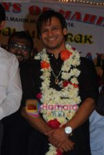 Vivek Oberoi visits Mahim Darga in Mahim on 28th Dec 2010 (5).JPG