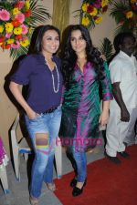 Rani Mukherjee with Vidya Balan on sets of Na Aana Is Des Laado to promote No One Killed Jessica on 29th Dec 2010.JPG