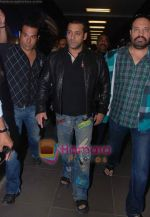 Salman Khan returns from Dubai on 30th Dec 2010 (10).JPG