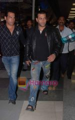 Salman Khan returns from Dubai on 30th Dec 2010 (4).JPG