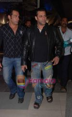 Salman Khan returns from Dubai on 30th Dec 2010 (5).JPG
