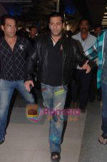 Salman Khan returns from Dubai on 30th Dec 2010 (6).JPG