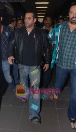 Salman Khan returns from Dubai on 30th Dec 2010 (8).JPG