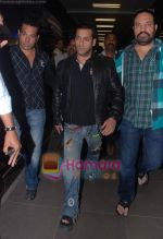 Salman Khan returns from Dubai on 30th Dec 2010 (9).JPG