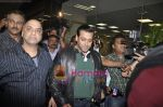 Salman Khan return from Dubai New year Celebrations in International Airport, Mumbai on 3rd DJan 2011 (8).JPG