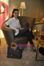 Karisma Kapoor at the launch of Giorgetti store in Raghuvanshi Mills, Mumbai on 9th Jan 2011 (19).JPG