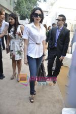 Karisma Kapoor at the launch of Giorgetti store in Raghuvanshi Mills, Mumbai on 9th Jan 2011 (25).JPG