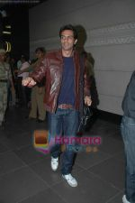 Arjun Rampal leave for Zee Awards in Singapore in Mumbai Airport on 12th Jan 2011 (13).JPG