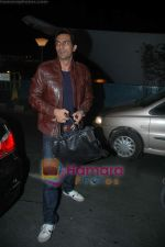 Arjun Rampal leave for Zee Awards in Singapore in Mumbai Airport on 12th Jan 2011 (3).JPG