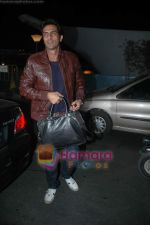 Arjun Rampal leave for Zee Awards in Singapore in Mumbai Airport on 12th Jan 2011 (4).JPG