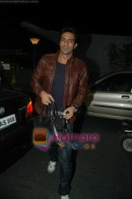 Arjun Rampal leave for Zee Awards in Singapore in Mumbai Airport on 12th Jan 2011 (5).JPG
