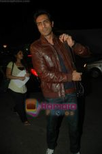 Arjun Rampal leave for Zee Awards in Singapore in Mumbai Airport on 12th Jan 2011 (6).JPG