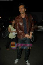 Arjun Rampal leave for Zee Awards in Singapore in Mumbai Airport on 12th Jan 2011 (7).JPG
