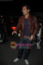 Arjun Rampal leave for Zee Awards in Singapore in Mumbai Airport on 12th Jan 2011 (8).JPG