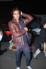 Arjun Rampal leave for Zee Awards in Singapore in Mumbai Airport on 12th Jan 2011 (9).JPG