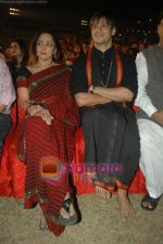 Hema Malini, Vivek Oberoi at Sri Ravi Shankar_s Youth concert in Andheri Sports Complex on 12th Jan 2011 (3).JPG
