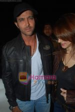 Hrithik Roshan, Suzanne Roshan leave for Zee Awards in Singapore in Mumbai Airport on 12th Jan 2011 (42).JPG