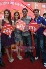Kumar Mangat Pathak, Shraddha Das, Shazahn Padamsee, Ajay Devgan, Madhur Bhandarkar at Dil to Baccha Hai Ji kite flying event in Big FM, Andheri on 12th Jan 2011 (16).JPG