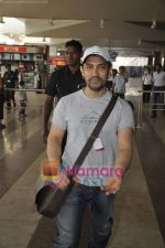 Aamir Khan returns from Dhobigh at Delhi Promotions in Airport, Mumbai on 14th Jan 2011 (17).JPG