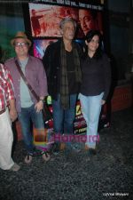 Saurabh Shukla, Vinay Pathak, Sudhir Mishra at Yeh Saali Zindagi music launch in Marimba Lounge on 13th Jan 2011 (4).JPG